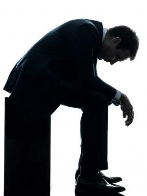 Silueta de hombre con brazos caídos