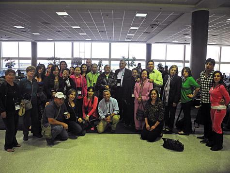 Grupo de personas en aeropuerto