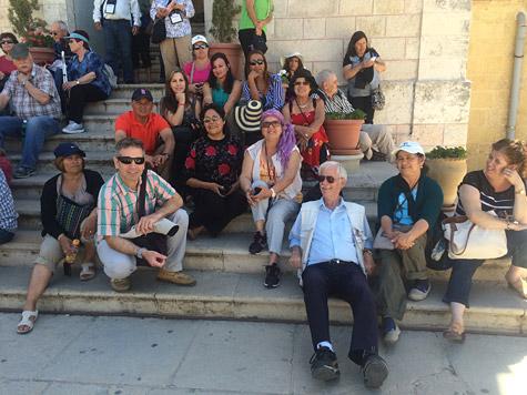 Personas sentadas a la sombra en una escalera