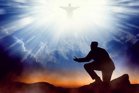 Persona arrodillada delante de Dios